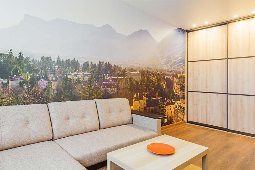Wohnzimmer mit Foto-Tapete einer Stadt