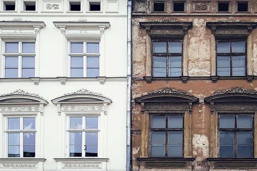 Links eine frisch gestrichene Fassade eines Altbau, rechts der Zustand der Fassade vor der Sanierung