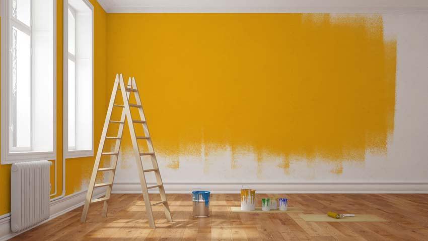 Leiter vor einer gelb gestrichenen Wand